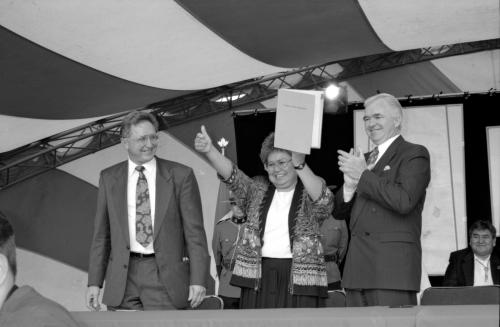 Judy Gingell, former Chair of the Council for Yukon Indians, gives the thumbs up at the signing of the Umbrella Final Agreement in 1993. (Photo: Government of Canada)